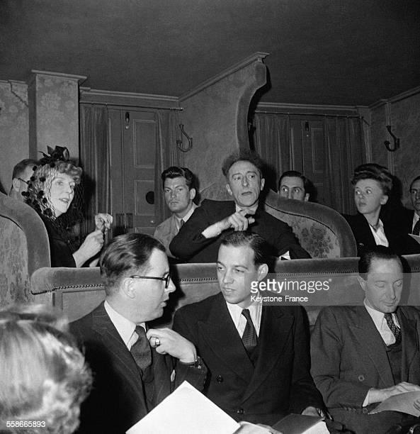 Lady Diana Cooper l'acteur Jean Marais et le poète Jean Cocteau dans leur loge à la Comédie Française à Paris France en 1945