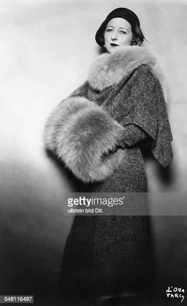 Lady Eroll in einem Mantel aus blau grauem Bouclé mit Graufuchs Muff und Kragen Modell Molyneux erschienen Dame 5/1930/31 Foto Madame d'Ora