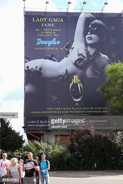 Lady Gaga als Werbeikone fuer ihr Parfum FAME an der Fassade der Komischen Oper Berlin