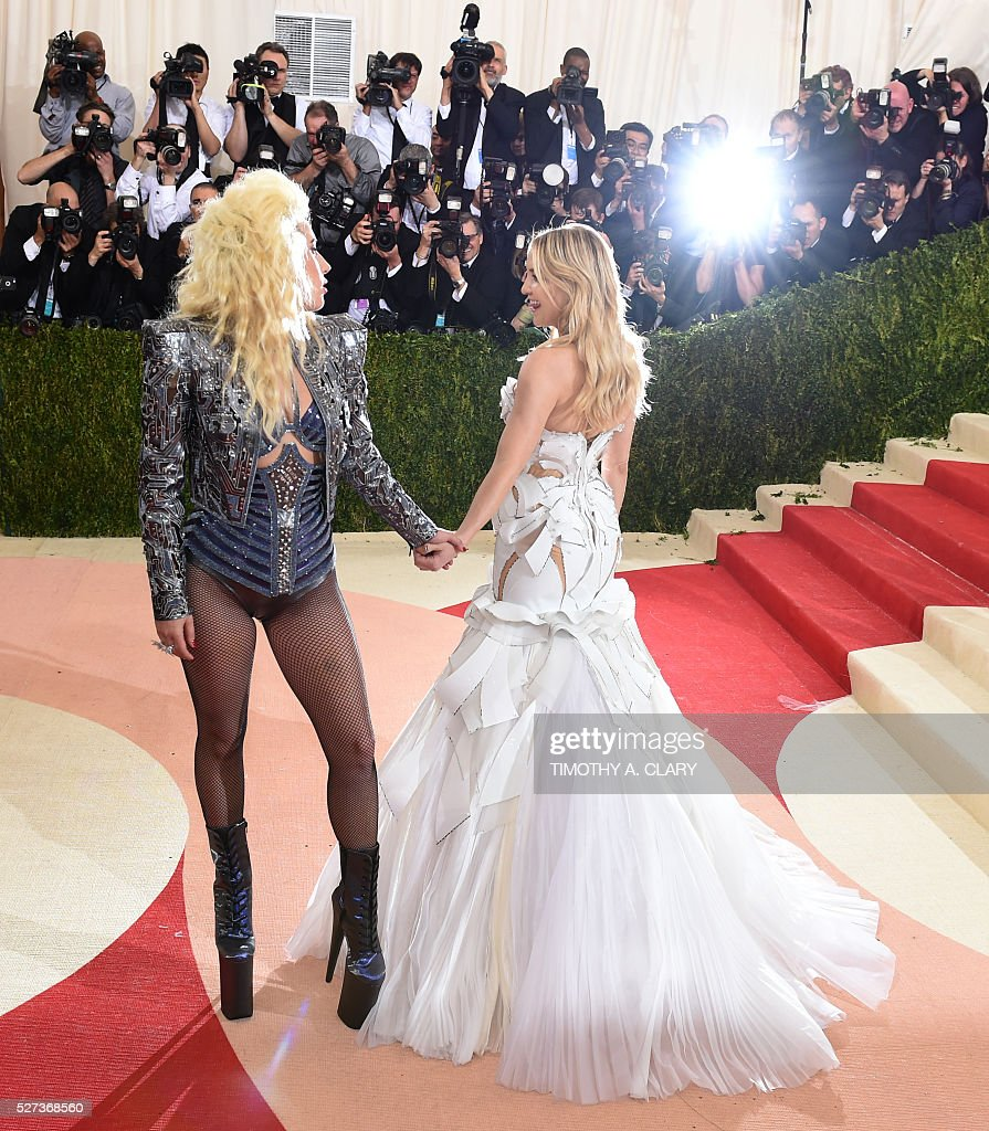 Lady Gaga (L) and Kate Hudson arrive for the Costume Institute Benefit at the Metropolitan Museum of Art on May 2, 2016 in New York. / AFP / TIMOTHY