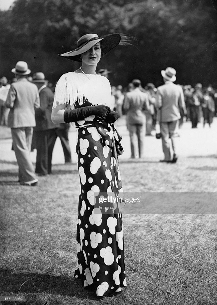 Lady in dress at the races at Chantilly. 1934. Photograph. (Photo by Imagno/Getty Images) Dame in Kleid beim Pferderennen in Chantilly. 1934. Photographie.