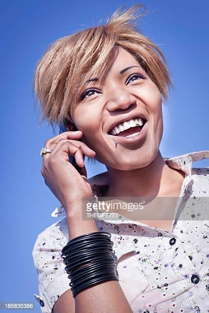 Frau spricht über Ihre mobile lächelnd