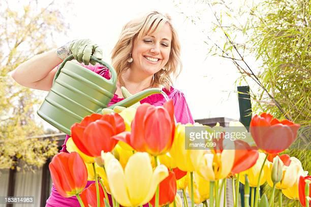 Lady gießen wunderschönen Blumen