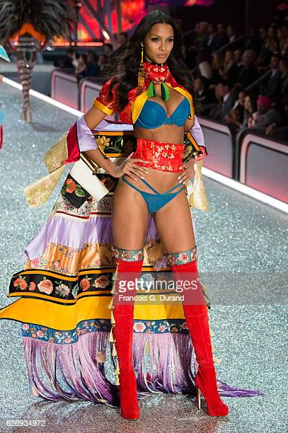Lais Ribeiro walks the runway at the Victoria's Secret Fashion Show on November 30 2016 in Paris France