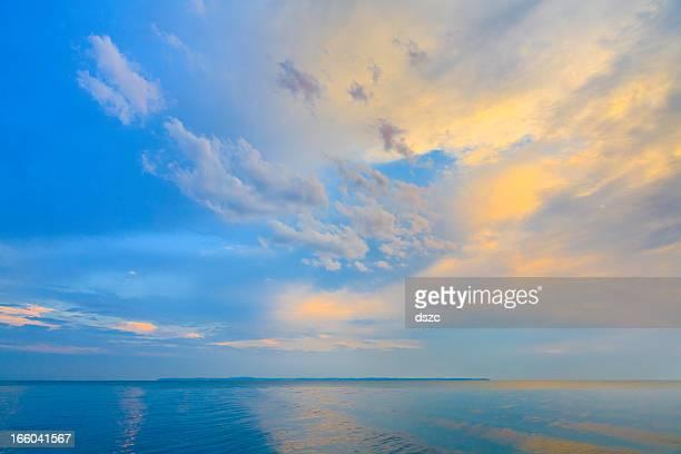 エリー湖、優美な朝日、ドラマチックな上空穏やかな水の