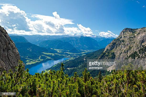 Lake Grundlsee mit Mt. Dachstein und Gletscher in den Sommer