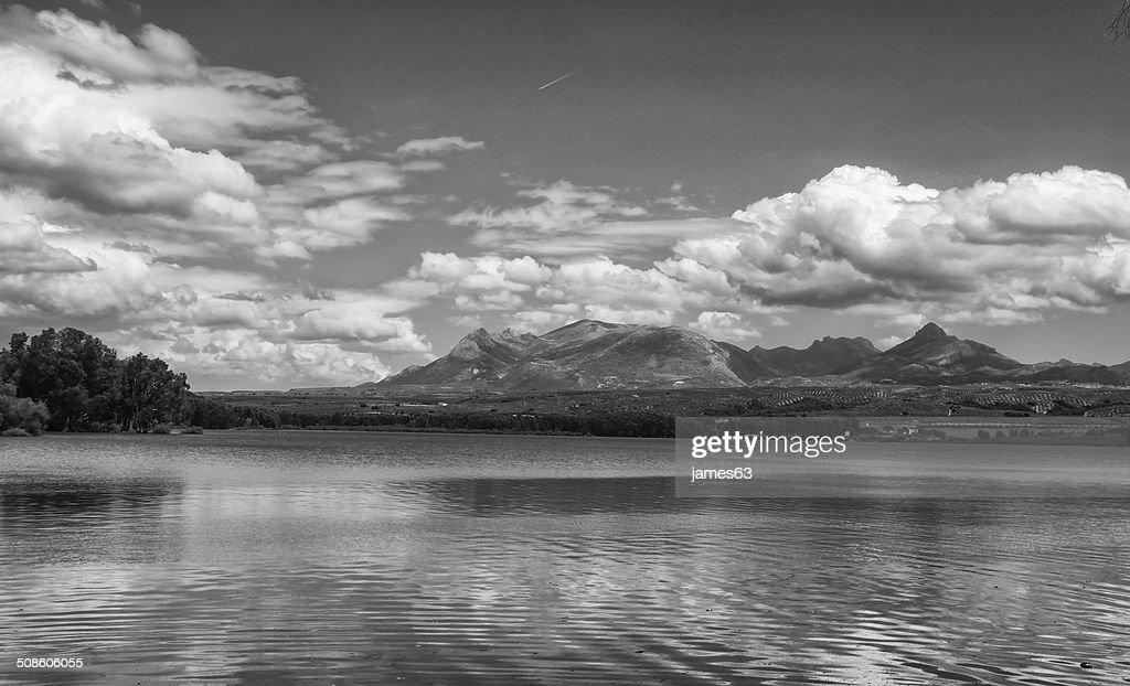 Lago em preto e branco com reflexos Nuvens em água : Foto de stock