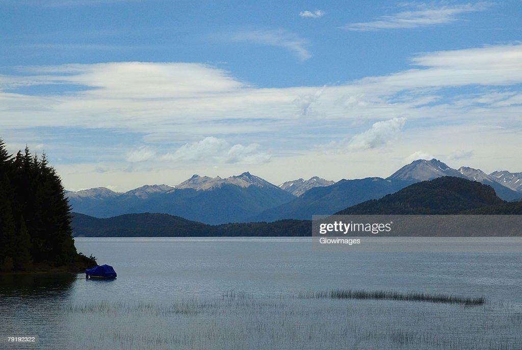 Lake in front of mountains, Lake Nahuel Huapi, San Carlos De Bariloche, Argentina : Foto de stock