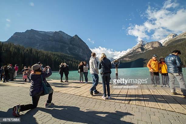 Lac Lousie, Canada: Touristiques sur la promenade de photographier paysage
