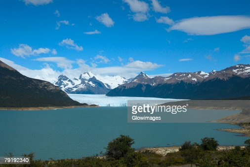 Lake passing through a mountain range, Moreno Glacier, Argentine Glaciers National Park, Lake Argentino, El Calafate, Patagonia, Argentina : Foto de stock