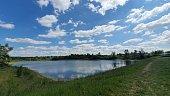 arrive au bord d un lac après une promenade