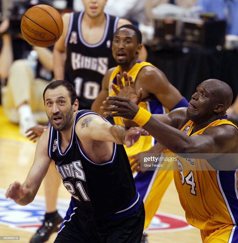 Lakers Shaquille O Neal and Kings Vlade Divac fight for a loose