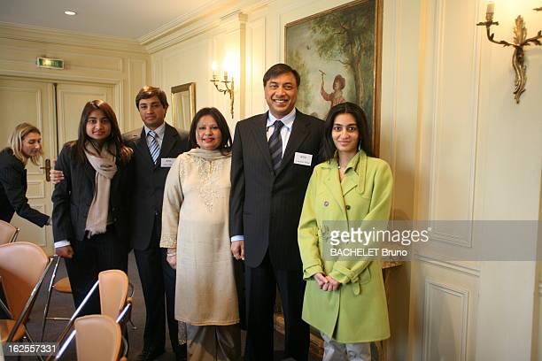 Lakshmi Mittal With Family In Paris Photo de famille après la conférence de presse de Lakshmi MITTAL patron et principal actionnaire de Mittal Steel...