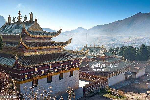Templo de Lama en misty por la mañana