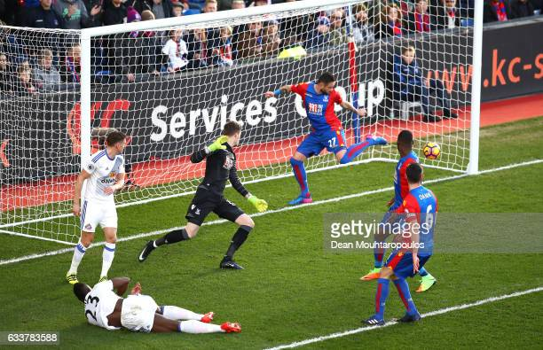 Lamine Kone of Sunderland scores his sides first goal during the Premier League match between Crystal Palace and Sunderland at Selhurst Park on...