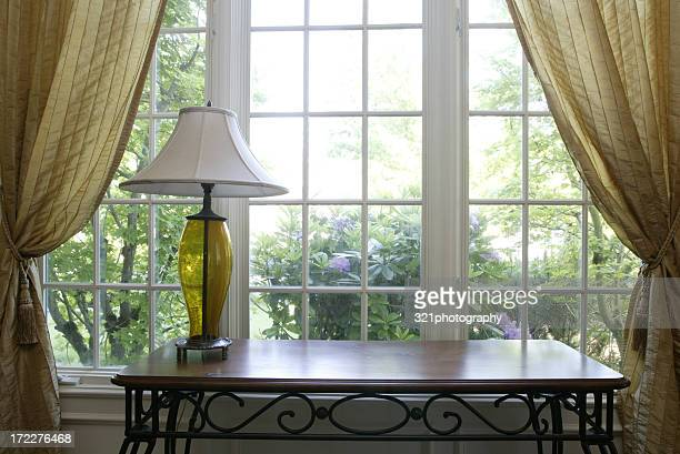ランプとサイドのテーブル