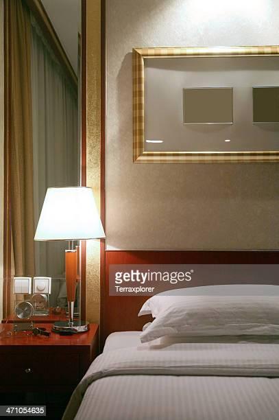 Lampe am Nachttisch im Hotel Schlafzimmer
