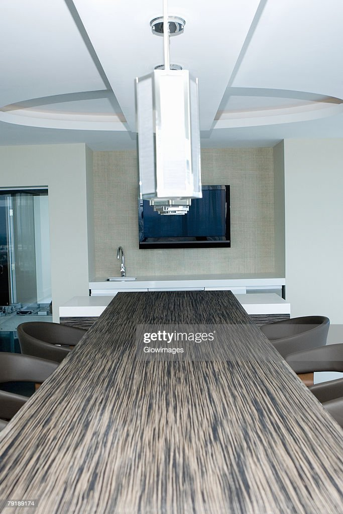 Lamp shade hanging over a table in a hotel : Foto de stock