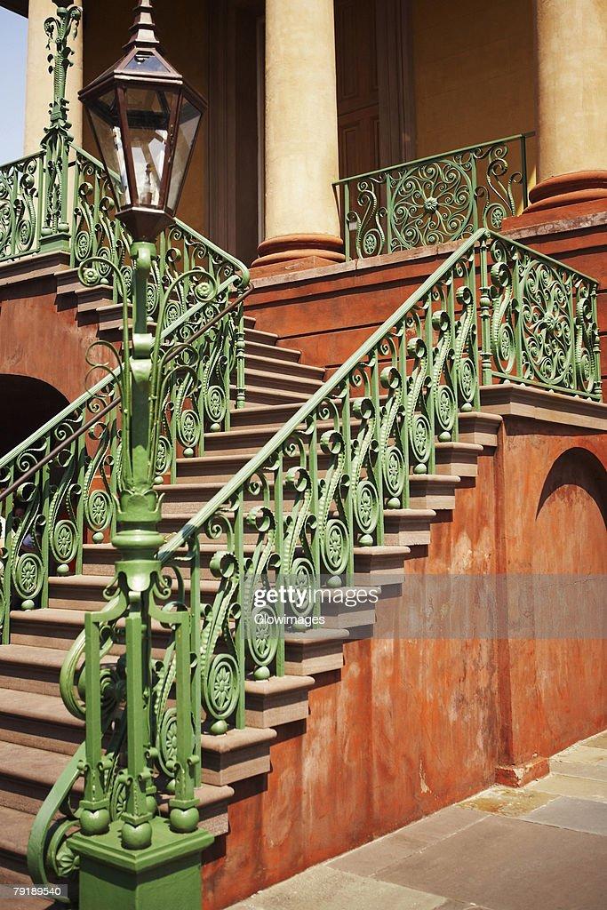 Lamppost near a staircase, Charleston, South Carolina, USA : Foto de stock