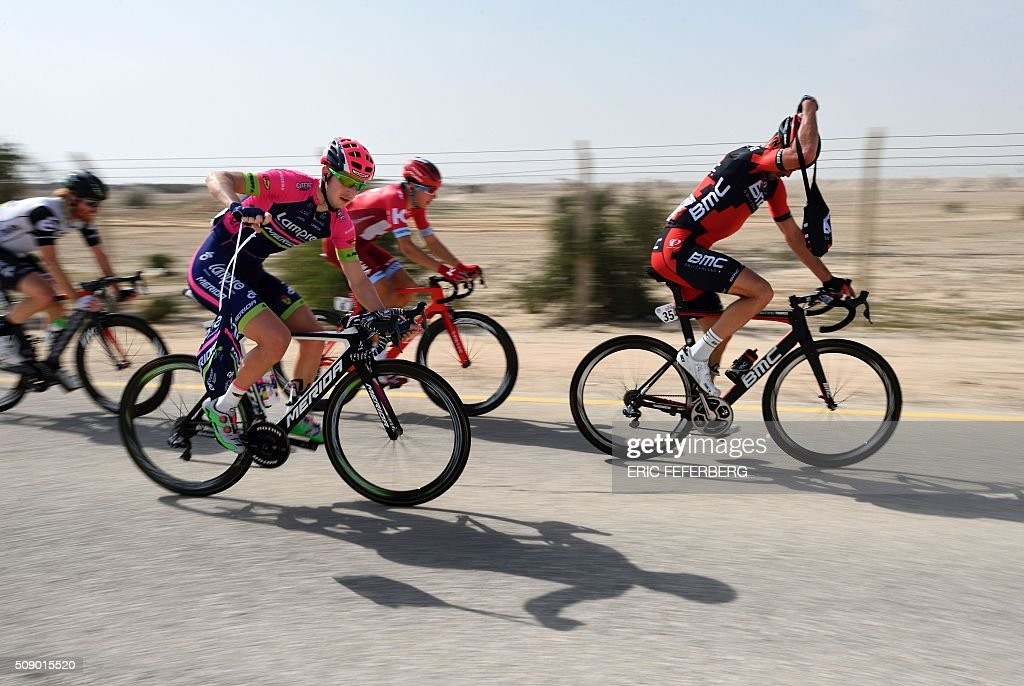Lampre Merida team's leader Italian Sacha Modolo (C) takes a food bagy during the first stage of the 2016 Tour of Qatar, between Dukhan and Al Khor Corniche on February 8, 2016. Britain's Mark Cavendish, the former world road race champion, took the gold jersey and covered the 175 kilometres from Dukhan to the Al Khor corniche, north of the capital Doha, in 3hrs 28.31secs, eight seconds in front of Modolo and 11 seconds ahead of Guardini. / AFP / ERIC FEFERBERG