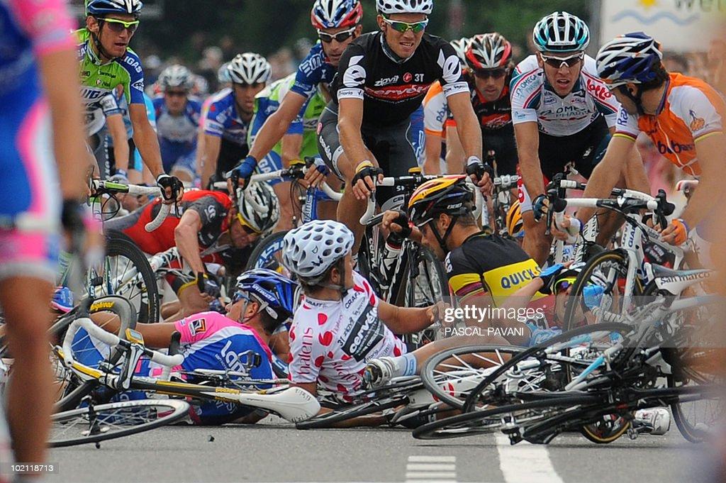 US Lance Armstrong (Bottom back L), German Heinrich Haussler (bottom C) et Belgian Tom Boonen (bottom R) crash during the sprint near the finish line on the four stage Schawarzenburg - Wettingen of the Tour de Suisse (Tour of Switzerland) cycling race on June 15, 2010.