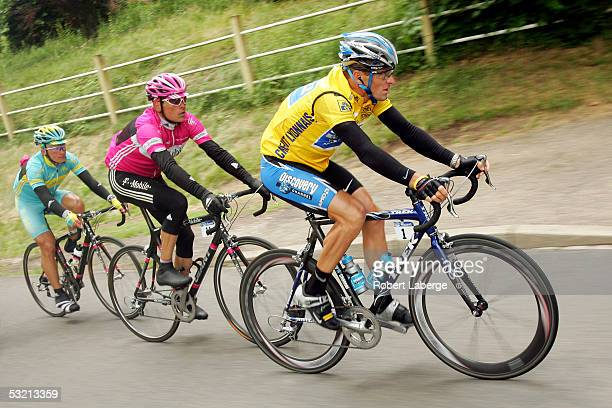 Lance Armstrong of the USA riding for the Discovery Channel cycling team Jan Ullrich of Germany and Alexandre Vinokourov of Kazakstan riding for the...