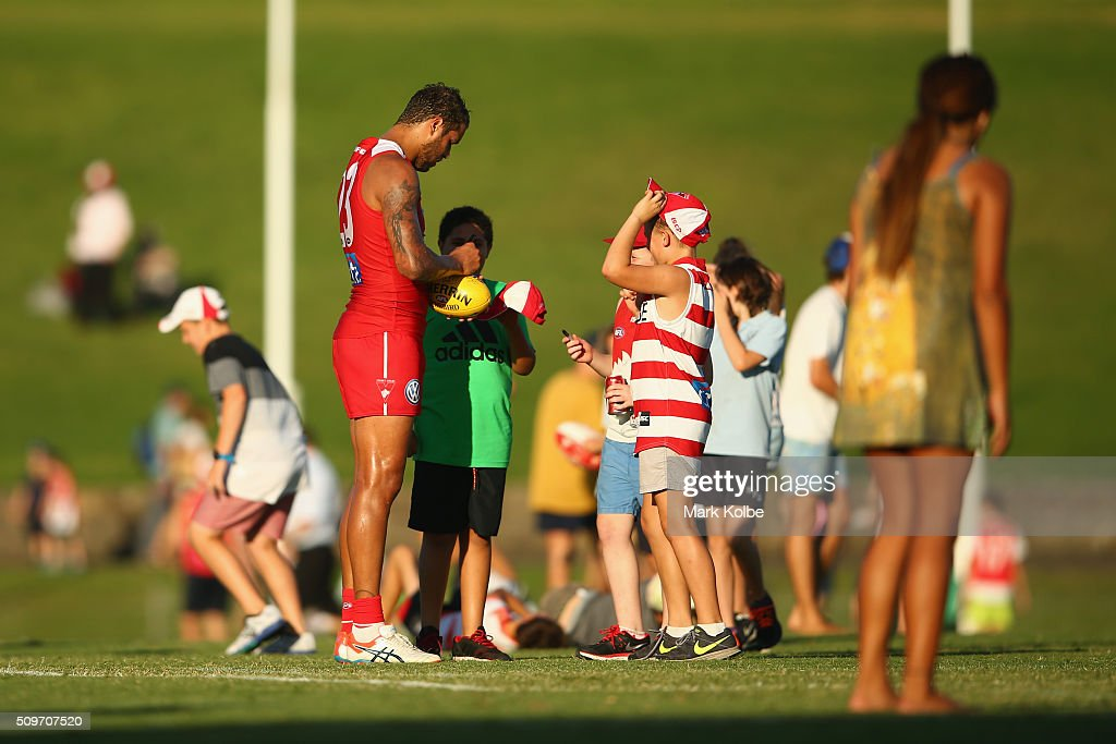 <a gi-track='captionPersonalityLinkClicked' href=/galleries/search?phrase=Lance+Franklin&family=editorial&specificpeople=561332 ng-click='$event.stopPropagation()'>Lance Franklin</a> of the Red Team signs autographs for children on the field during the three quarter time break of the Sydney Swans AFL intra-club match at Henson Park on February 12, 2016 in Sydney, Australia.