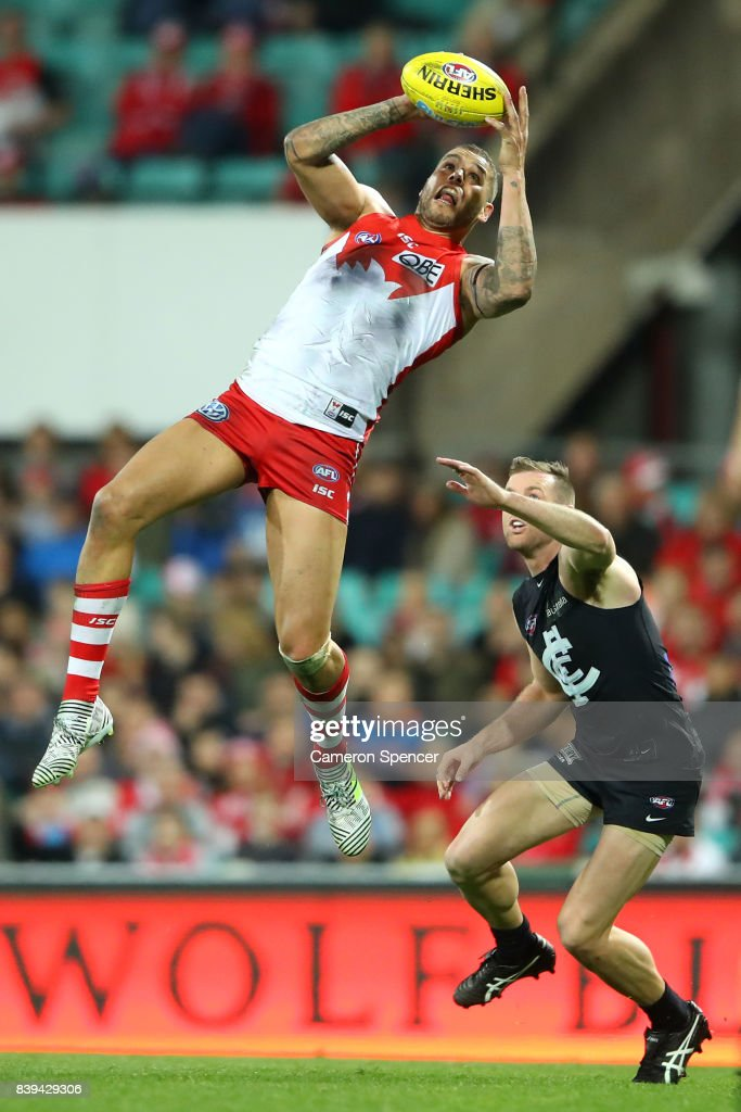 Lance Franklin of the Swans marks during the round 23 AFL match between the Sydney Swans and the Carlton Blues at Sydney Cricket Ground on August 26, 2017 in Sydney, Australia.