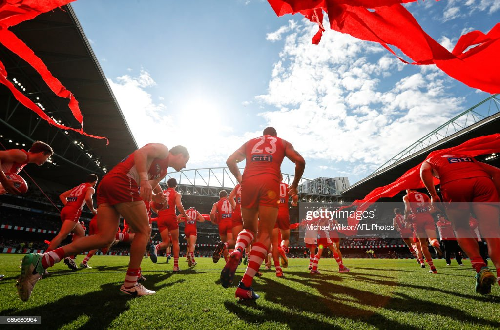 Lance Franklin of the Swans runs through the banner during the 2017 AFL round 09 match between the St Kilda Saints and the Sydney Swans at Etihad Stadium on May 20, 2017 in Melbourne, Australia.