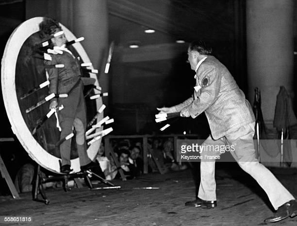 Lanceur de couteaux dont l'épouse sert de cible au Grand Central à New York city