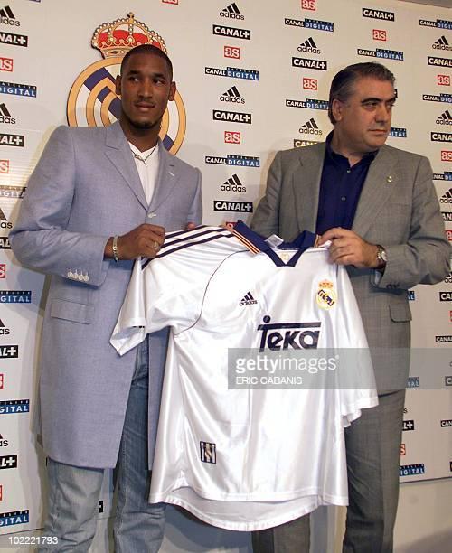 l'ancien attaquant français d'Arsenal Nicolas Anelka présente son nouveau maillot au côté du président du Real Madrid Lorenzo Sanz le 05 août 1999 à...