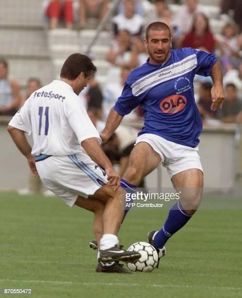 l'ancien joueur de football Eric Cantona est à la lutte avec l'exjoueur marseillais Amoros le 24 juillet 2000 au stade vélodrome à Marseille lors du...