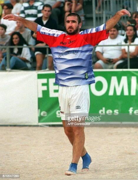 l'ancien joueur de football français Eric Cantona s'échauffe sur une plage de sable installée pour le Beach Pro Soccer le 21 septembre sur le port de...