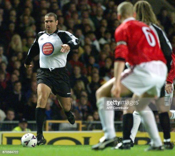 l'ancien joueur Eric Cantona est en action le 11 octobre 1999 à Manchester lors de la rencontre exhibition de Manchester United/Rest of the World en...