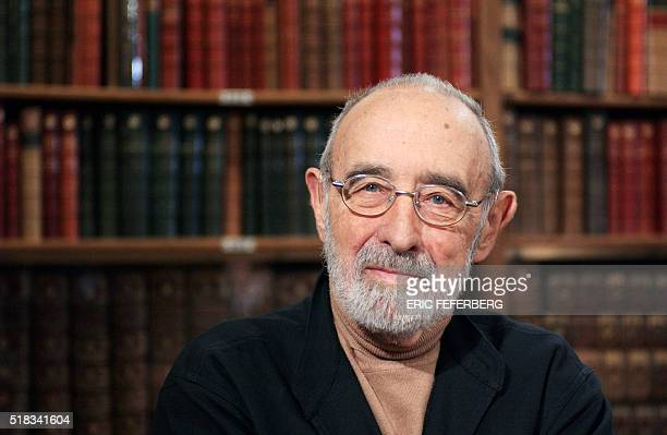 l'ancien ministre de l'Agriculture et de l'Equipement Edgard Pisani pose le 11 février 2004 à Paris avant de participer à l'émission Bibliothèque...