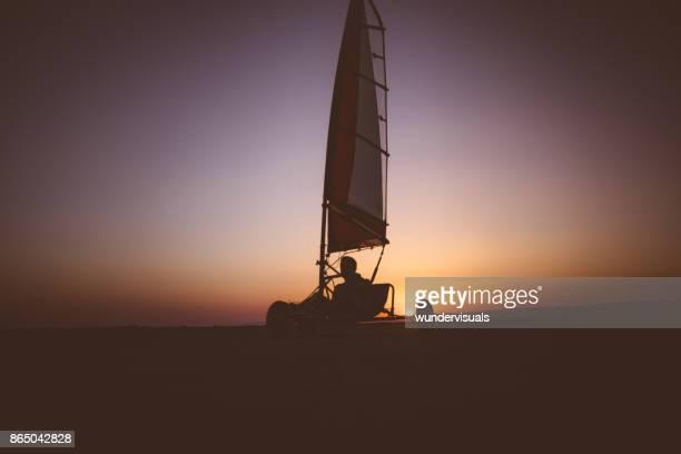 Land zeilen atleet beoefenen van de extreme sport op het strand