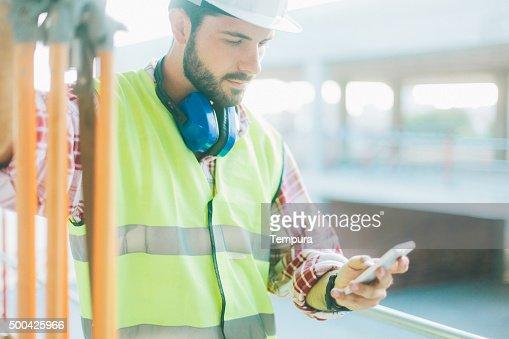 Land surveyor à l'aide de app sur smartphone.