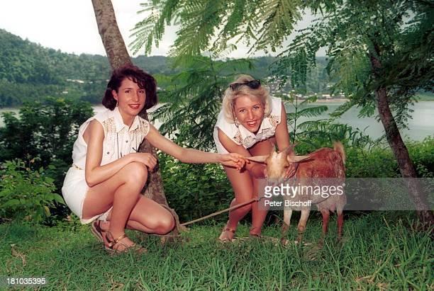 Anita Hofmann Schwester Alexandra Hofmann Ziegenbock Kreuzfahrt '1001 Nacht' Mayotte/Komoren/indischer Ozean Afrika Landgang Tier streicheln Urlaub...