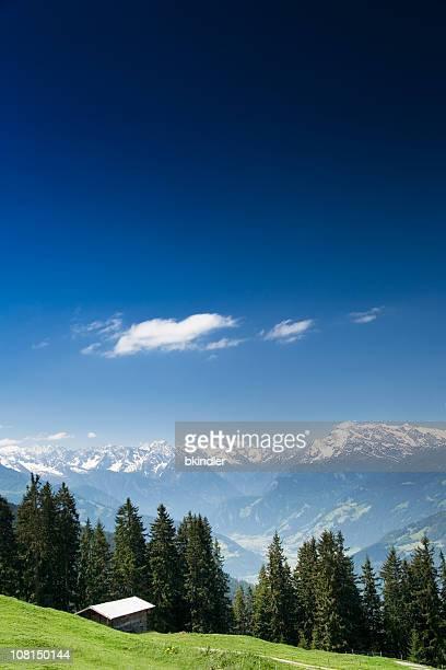 Landschaft des österreichischen Alpen mit blauem Himmel