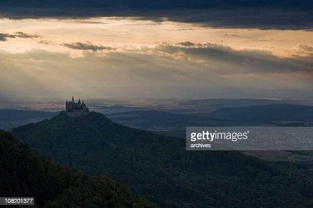 Landschaft der Burg Hohenzollern mit stimmungsvoller Abend-Himmel