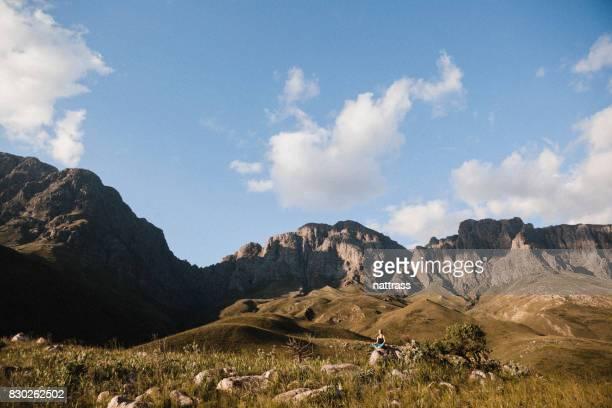 Paysage de montagne avec une femme, faisant quelques Yoga