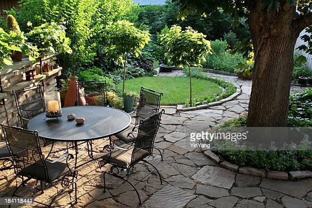 Gestalteten Hinterhof Terrasse, im blühenden Garten mit natürlichen Pflastersteinen