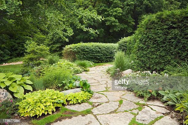 Landschaftlich gestalteter Patio mit eleganter, Ziergärten, Blumen und Stein Weg