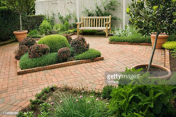 Petite cour paysagère urbain et le jardin Patio avec un mobilier, des fleurs