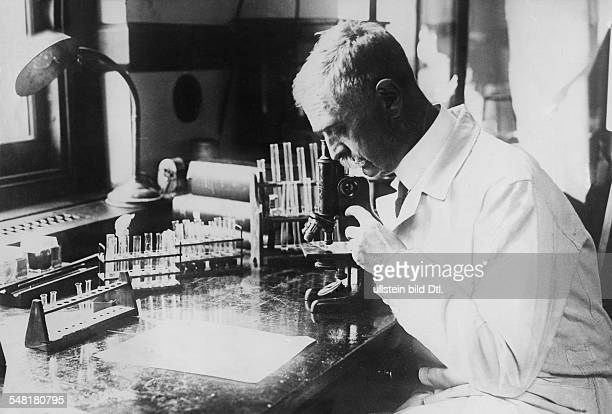 Landsteiner Karl Mediziner Oesterreich *14061868 Nobel Prize laureate 1930 Portrait at work in a laboratory Vintage property of ullstein bild