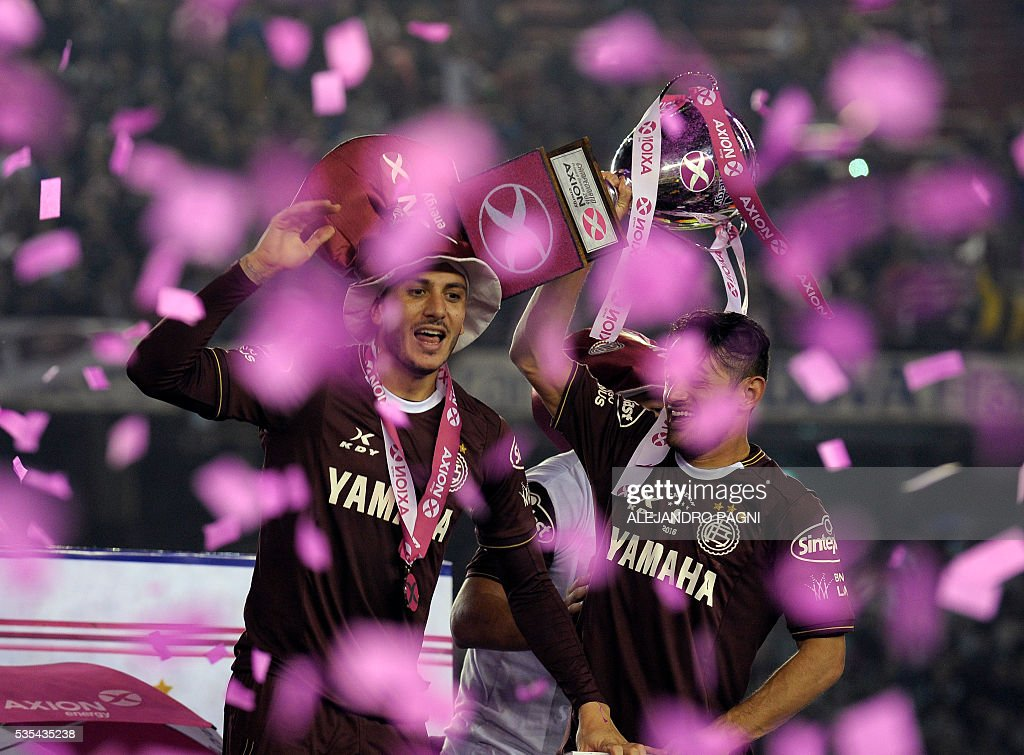 Lanus' footballers celebrate after winning the Argentina First Divison football tournament at the Momnumental stadium in Buenos Aires, Argentina, on May 29, 2016. / AFP / ALEJANDRO