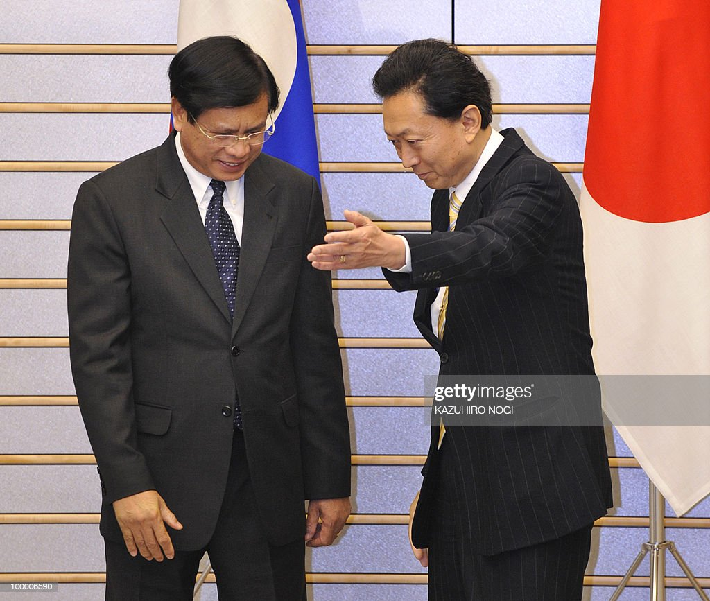 Laotian Prime Minister Bouasone Bouphavanh (L) is welcomed by his Japanese counterpart Yukio Hatoyama at the latter's official residence in Tokyo on May 20, 2010. Bouphavanh is here to attend a Tokyo business conference entitled 'The Future of Asia.' AFP PHOTO/POOL/Kazuhiro NOGI