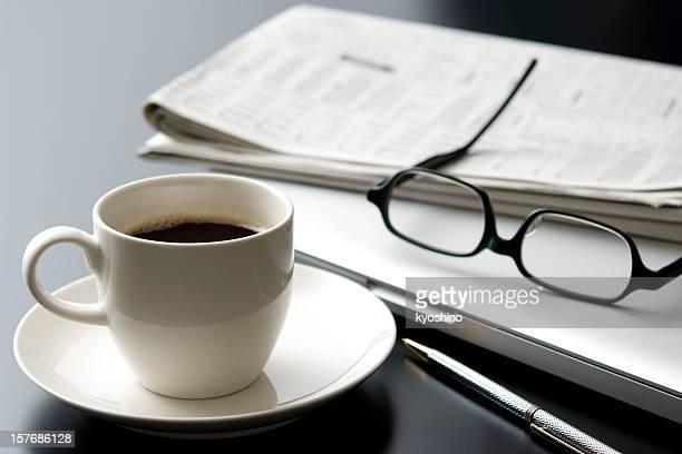 Ordinateur portable et tasse de café sur le bureau