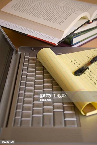 Computadora portátil con almohadilla amarillo, lápiz y libros-Vertical