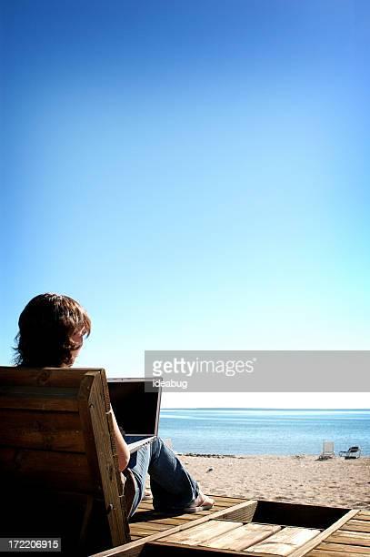 Ordinateur portable sur la plage